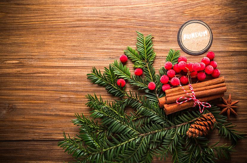 Weihnachtliches Arrangement Tannenzweige auf Holzplatte